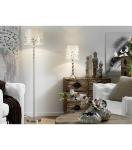 Lámpara de pie y mesa blanca con hojas